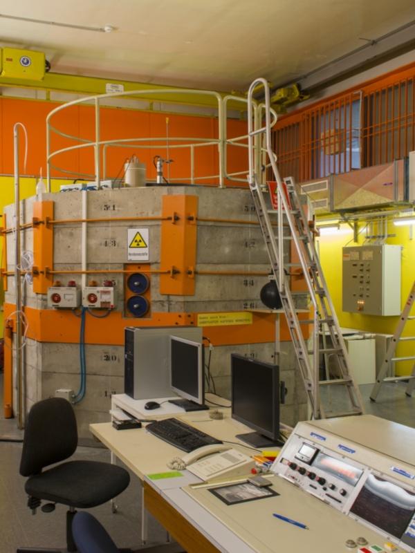 Bild 1: Siemens Unterrichtsreaktor SUR-100 mit Steuerpult